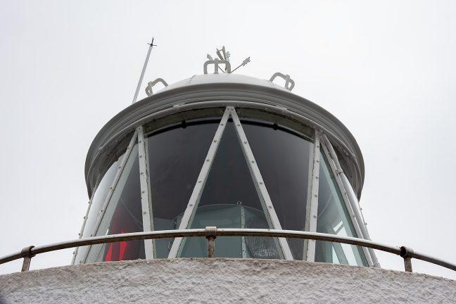 観光施設として開放されている灯台の展望通路から投光器部分を眺める