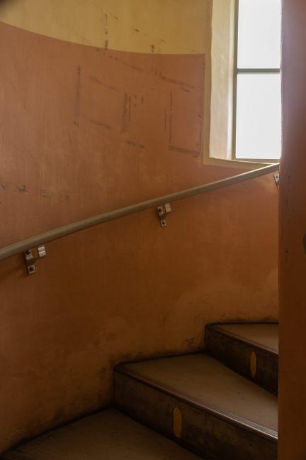 螺旋状の階段で昇降