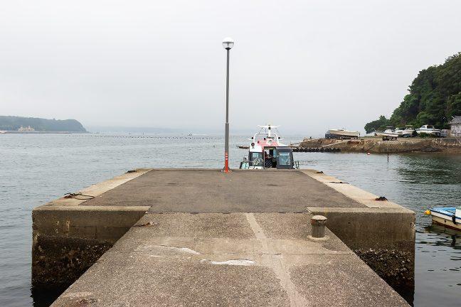 渡船場の突堤に渡し舟が着岸