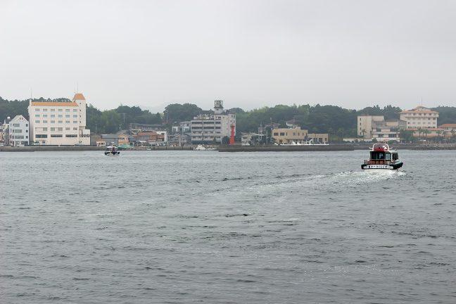 往復5分程度の水道を2隻の船が交互に運行していた