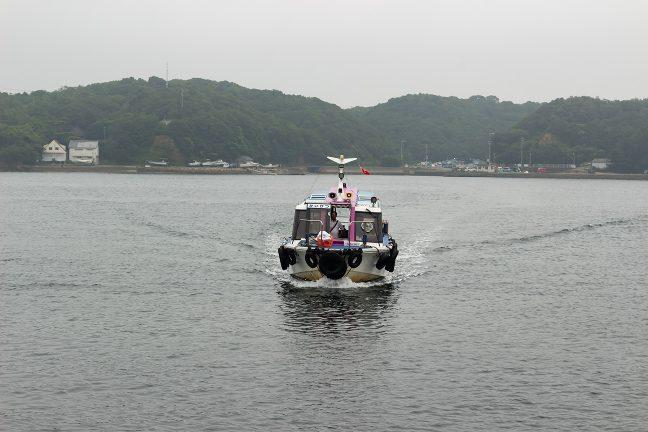 次の乗客を乗せて渡し舟がやってきた