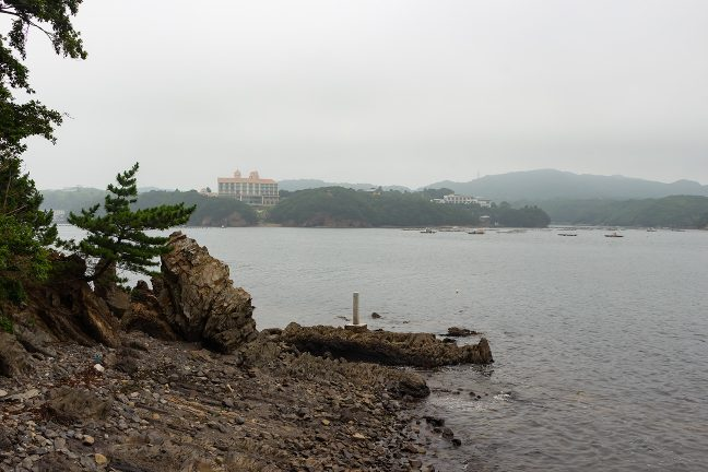 島の東岸の道の果てまで行くと対岸の大型ホテルが目に飛び込んできた