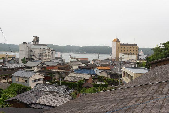 集落の裏を抜ける小道から見下ろす島の集落