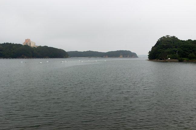赤崎渡船場から的矢湾口方を眺める