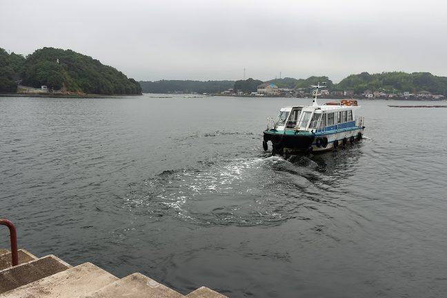 着岸するや否やそのままバックして引き返していく県道船