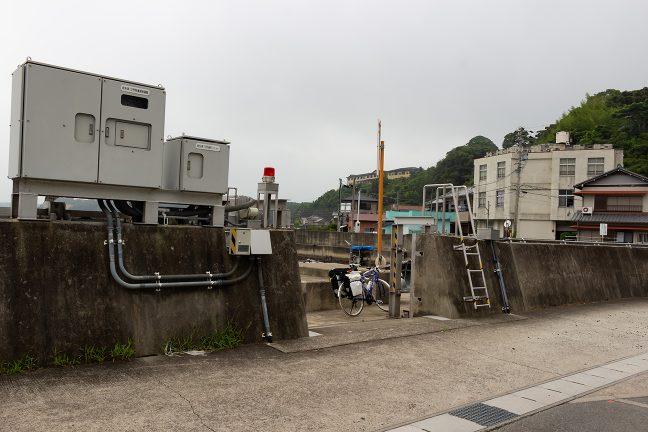 防潮扉の隙間から渡し場に出入りする構造の三ケ所渡船場