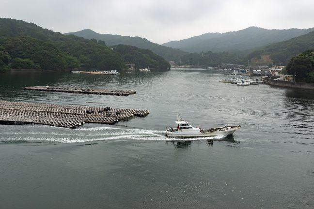 穏やかな内海を行く漁船