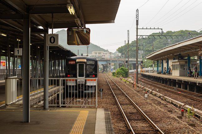 近鉄ホームと隣接するJR線ホームだが人の姿はほとんどなかった