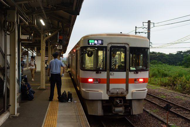 亀山に到着した普通列車