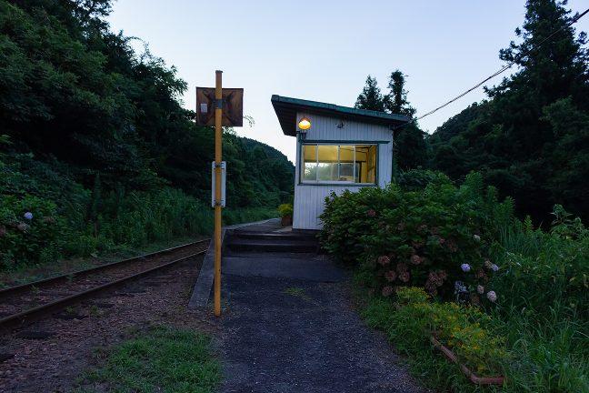 旅情駅に明りが灯り始めた