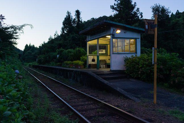 丘陵の谷あいに静かに佇む久我原駅の暮景