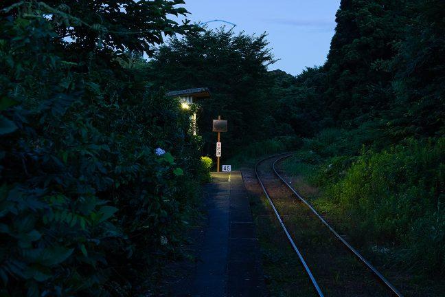 駅の周りにもトワイライトの青い大気が降りてきた