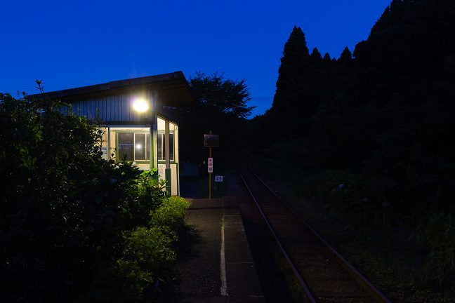 暮れなずむ久我原駅のホームで一人佇む至福のひと時