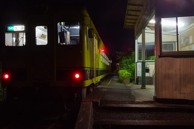 大原行の普通列車が無人境に停車する