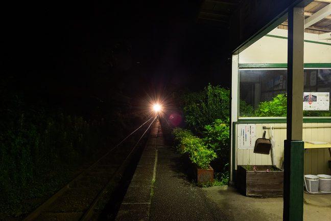 すっかり暮れた旅情駅にきらめきを落として普通列車が到着