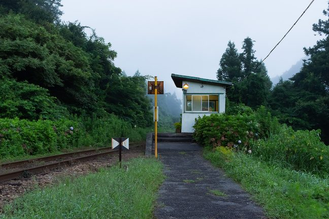 朝霧に包まれる早朝の久我原駅