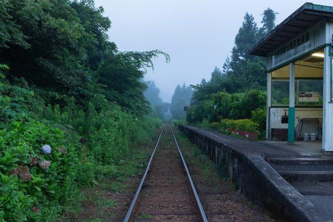 嵐気に包まれた久我原駅は、まだ、眠りの中にいた