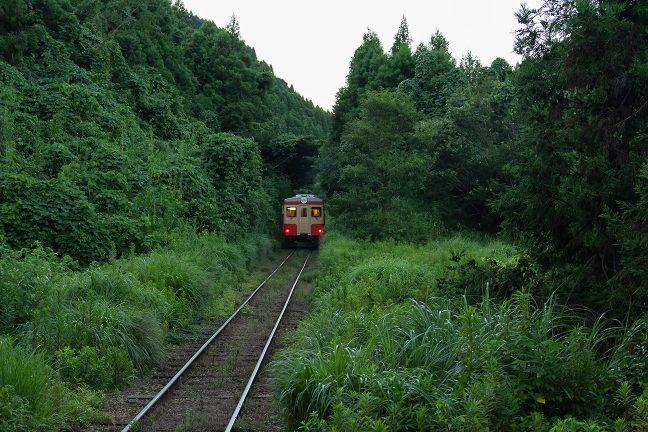 旅先で見る列車のテールライトは、いつも郷愁を誘う