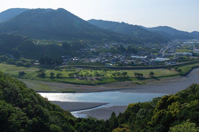眼下に大井川を見下ろしながら高台を越えて行く