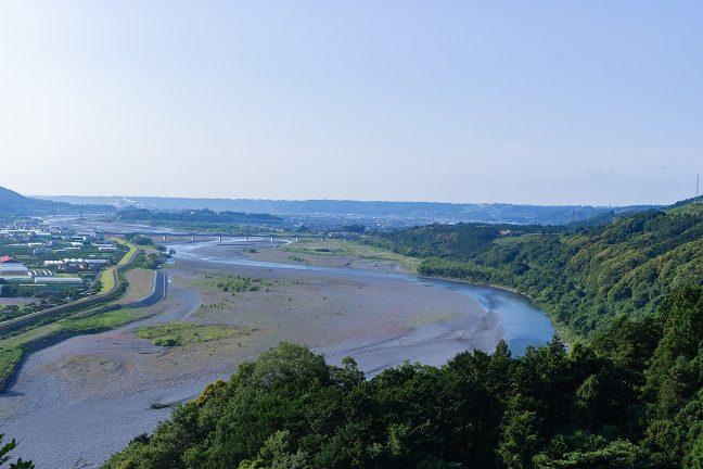 山間部を蛇行しながら流れてきた大井川は、この辺りから平野に流れ出す