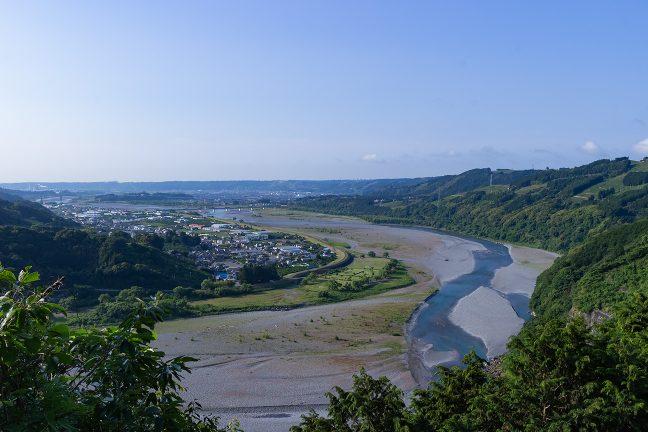 右岸の水辺に沿って大井川鐡道が走っている