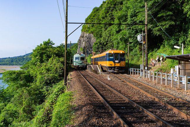 元南海と元近鉄の車両が交錯する