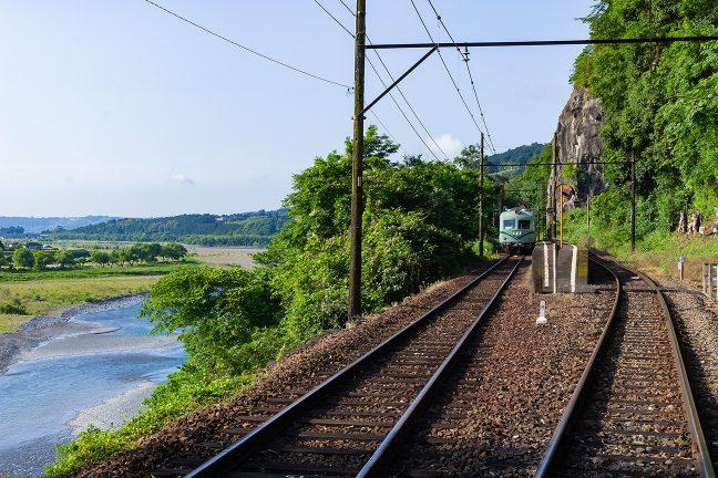 金谷に向かう普通列車を見送る