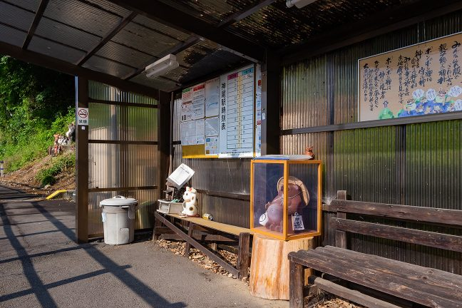 東屋的な神尾駅の待合室