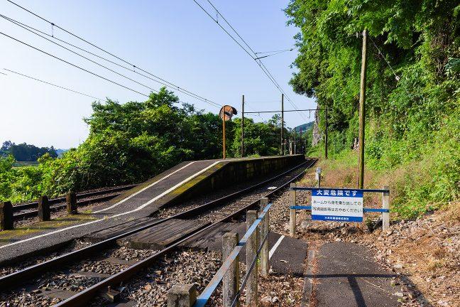 線路を渡ってアクセスする神尾駅ホーム