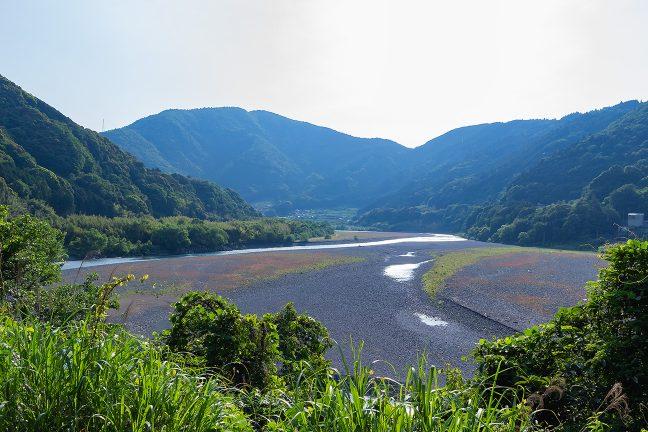 広い河原を形成しつつ蛇行しながら流下する大井川