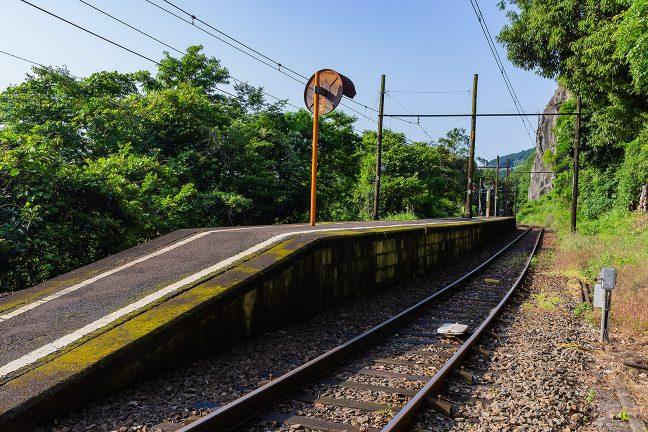 急な山腹斜面を削って設けられた神尾駅