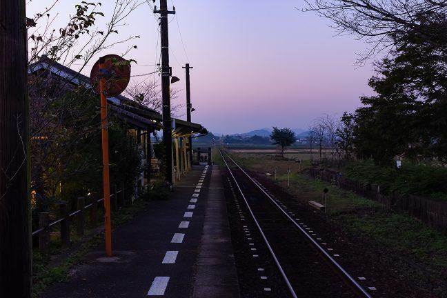 暮色に包まれる播磨の里の旅情駅