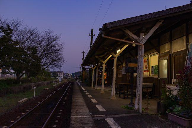 趣ある古い駅舎が好ましい法華口駅