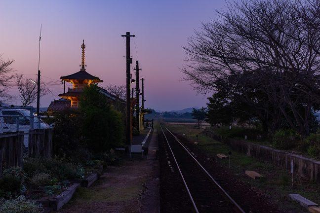 駅名の由来となった法華山一条寺の三重塔のレプリカが駅を見守る