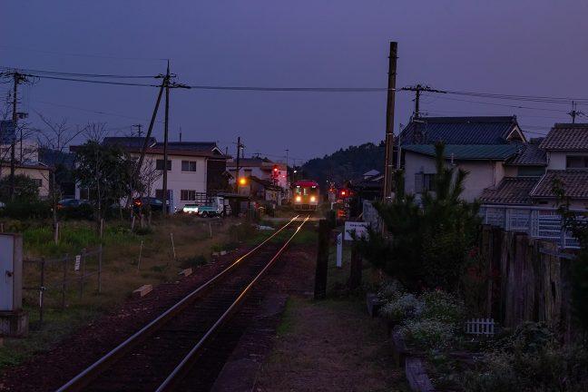 住宅地の中にある法華口駅に到着する北条町行の普通列車