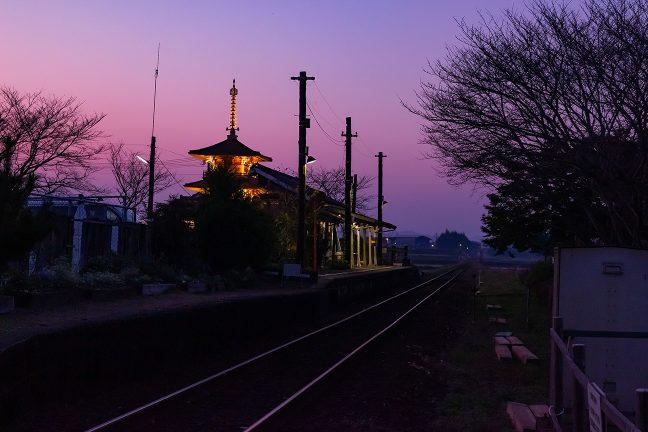 田園風景に溶け込む木造駅舎が好ましい法華口駅