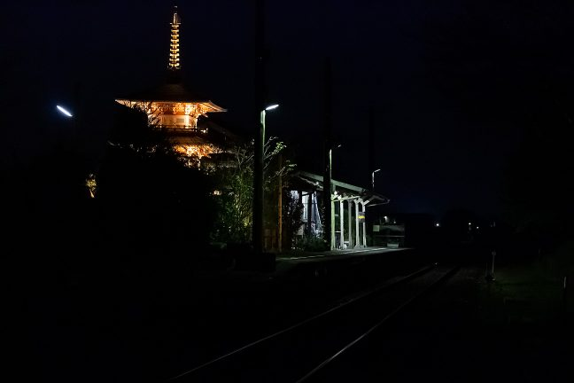 ほんの20分程ですっかり暗くなった法華口駅