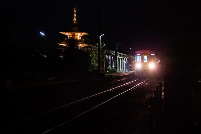 まだ宵の口の法華口駅では乗降客の姿が見られた