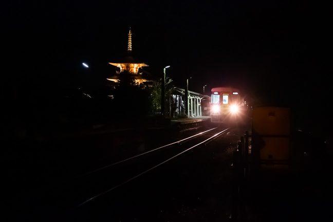粟生に向けて出発していく普通列車