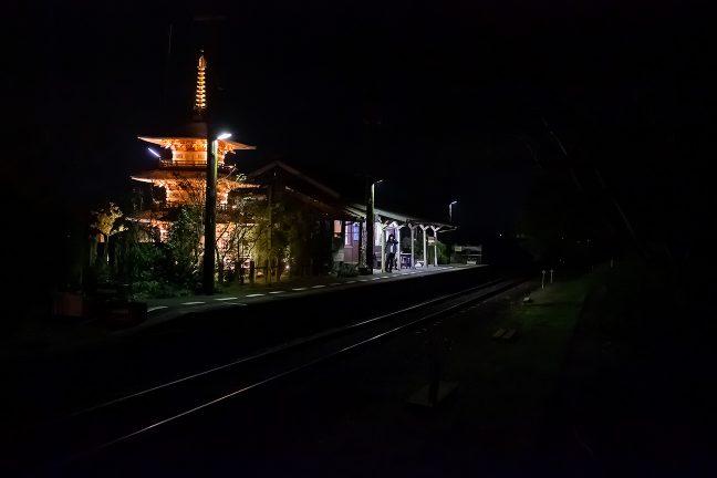 とっぷり暮れた法華口駅には列車を待つ人の姿が