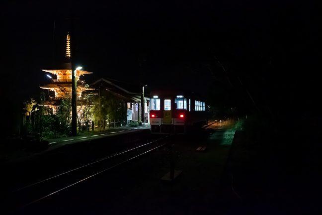 19時前の普通列車には乗客の姿がちらほら