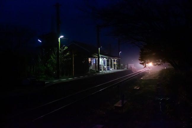6時前の黎明を引き裂いて始発の粟生行き普通列車が到着