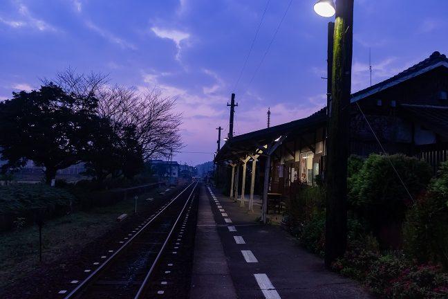青紫に明けていく法華口駅