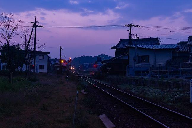 まだ明けやらぬ街に北条町行の始発列車が到着
