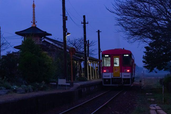 エンジンを噴かせて北条町行の始発列車が出発していく