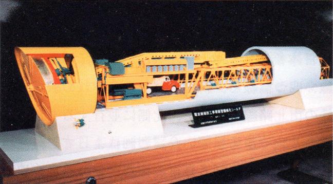 引用図:機械シールドの模型「近畿日本鉄道100年のあゆみ(近畿日本鉄道・2010年)」
