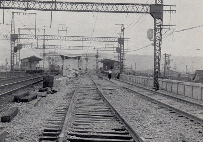 引用図:複々線工事中の今里駅付近「50年のあゆみ(近畿日本鉄道・1960年)」