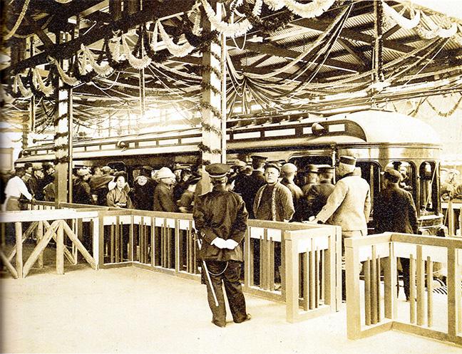 引用図:賑わう開業当日の上本町駅「80年のあゆみ(近畿日本鉄道・1990年)」