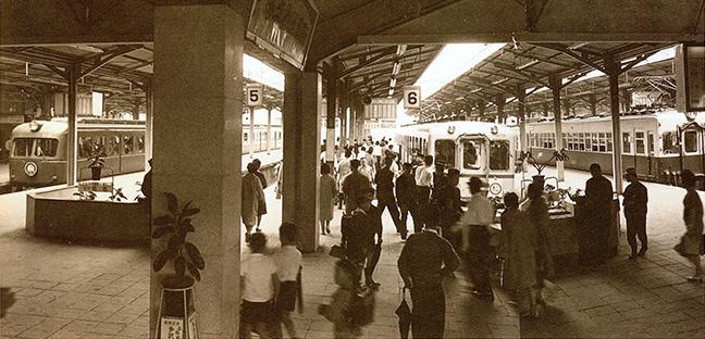 引用図:新鋭車両が並ぶ上本町駅「80年のあゆみ(近畿日本鉄道・1990年)」