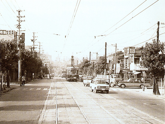 引用図:昭和41年9月拡幅される前の千日前通り「80年のあゆみ(近畿日本鉄道・1990年)」